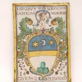 """Kat.-Nr. 870 Bildplatte Fayence, sandfarbener Scherben. Hochrechteckig. Auf der Schauseite in polychromer Malerei hochovales, von stehendem, weiblichem Akt bekröntes Wappen (alt rest.). Umschrift """"ISIDORUS MARINUCTUS CASTIGNANO NENSIS CIVES Q PERSUSINU, 1624"""". Perugia (Italien), 17. Jh. H. 44,5 cm, B. 32 cm. (e6102012) Limit 400,-- EURO"""