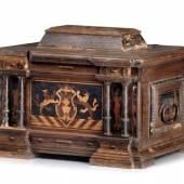 1270  Lade der Töpferinnung. Wohl Radeberg. 1664. H. 43,5 cm, B. 58,5 cm, T. 44 cm.4.500 - 6.000 €