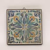 Kat.-Nr. 881 Vier Fliesen Keramik. Quadratisch, innen gefasste Eisenmontur. Auf der Wandung in polychromer Malerei Blütenzweige. Iznik/Türkei, 17. Jh. 29 x 29 cm. (4314092) Limit 200,-- EURO