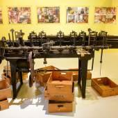 Blick in die Ausstellung; Lineare TEILMASCHINE, ca. 1900; zur Fertigung von Spezialmaßstäben für die österreichischen Geodäten mit einer Teilungsgenauigkeit von 0,03 mm  © Wolfgang Lackner