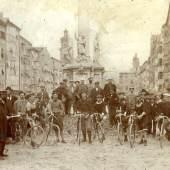 Gruppe von RadfahrerInnen vor der Innsbrucker Annasäule, um 1900 Foto: M. Senoner