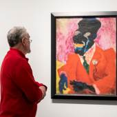 ein Besucher betrachtet den Jazzsänger von Carl Lohse, 1919/1921 © VG Bild-Kunst, Bonn 2017 / SKD, Foto: David Pinzer