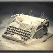 Rodney Graham, Typewriter with Flour, 2003, Leuchtkasten, 40 cm x 50,2 cm x 10,2 cm, Courtesy Sammlung Goetz, München