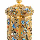 Abb. 90658: Kaiserliche Deckeldose, China um 1900. Silber, vergoldet, Koralle, Türkise und Emaille. Im Boden gemarkt «Silver». H. 14, D. 8,8 cm, 350 gr. Limit 6.500 €.