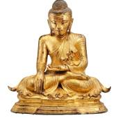 Abb. 91035: Großer sitzender Buddha Shakyamuni, Myanmar, Mandalay 18./19. Jh. Bronze über Rotlack vergoldet. H. 90, B. 82 cm. Limit 45.000 €.