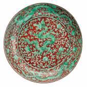 Eisenroter und grüner Drachenteller China, Zhenghde-Marke und Periode. Porzellan, eisenrot und grün bemalt, glasiert. Limit 25.000 €