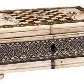 Renaissance- Spielschatulle, Venedig 15. Jahrhundert, in der Art der Embriachi-Werkstatt (Abb. 93918/Limit 7.200 €)