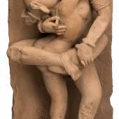 Ein himmlisches Liebespaar in Sandstein, Zentralindien, 9. Jahrhundert oder später (Abb. 94330/Limit 7.500 €)