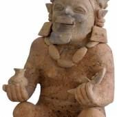 Sitzender Schamane der Jama Coaque Kultur Ecuador, 300 v.Chr. - 300 n.Chr., gebrannter Ton, H: 36 cm, B: 18 cm Ancient American Art