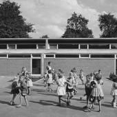 Architektengemeinschaft C4, Volksschule, Nüziders, 1959–1963, spielende Kinder im Pausenhof zwischen den beiden Klassentrakten © Architekturzentrum Wien, Sammlung, Foto: Erika Sillaber