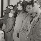 Schaulustige auf der Straße anlässlich der Wiedereröffnung der Wiener Staatsoper, 5.11.1955 Ludwig van Beethoven, Fidelio unter Karl Böhm, Foto: Ernst Hausknost © Wien Museum