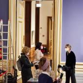 Kulturstaatssekretärin Andrea Mayer und Generaldirektorin Stella Rollig bei der Aufhängung der DAME MIT FÄCHER  Foto: Sandro Zanzinger / Belvedere, Wien