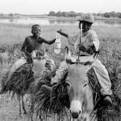 Kinder auf Maultiere Reiten entlang eines Flusses, Alexander Magedler (c)