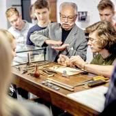 Am Uhrmachertisch sein Können testen © René Gaens