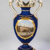 Amphoren - Vase (sog. Urbino-Vase) KPM Berlin, 1849 - 1870 Achteckiger profilierter Sockel Schätzpreis:5.200 - 6.000 EUR