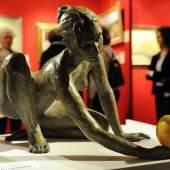 Zum Anbeißen: Skulptur mit Apfel. Foto: Peter Grewer