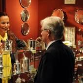 Auf den Kunst- und Antiquitäten-Tagen führen Aussteller und Besucher viele Beratungsgespräche. Sammler können sich sicher sein, dass sie auf der Messe geprüfte Originale erstehen. Foto: Peter Grewer