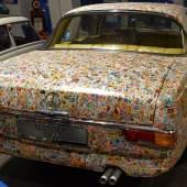 Ein Fall fürs Guinness-Buch der Rekorde: 70.000 Briefmarken kleben auf dem Mercedes 220 SE Coupé, dem wohl kuriosesten Blickfang auf der Sonderschau der Kunst- und Antiquitäten-Tage.