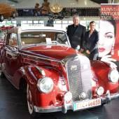 """""""Leidenschaften"""" wecken die chromblitzenden Schätze wie dieses Mercedes Benz 220A Cabriolet von 1959, die Ralf Voss auf den Kunst- und Antiquitäten-Tagen in Münster zeigt. Projektleiterin Jeanette Bouillon freut sich auf dieses und weitere historische Fahrzeuge."""