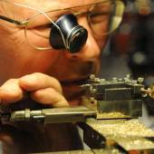 Fingerfertigkeit beweisen die Restauratoren auf den Kunst- und Antiquitäten-Tagen, darunter dieser Uhrmacher. Foto: Peter Grewer