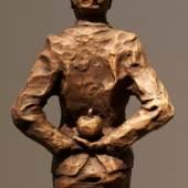 """((Bild Apfelmannback, Bildnachweis: Uwe Bürkle)): Der Apfel am Rücken zeigt sein schlechtes Gewissen: Uwe Bürkles bronzener """"Apfelmann""""."""