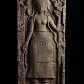 Apsara oder Devata. Vierteiliges Tempelfragment. In einem schmalen Tor stehende Göttin mit Lotosblüte. Ausrufpreis:15000 Euro
