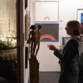 """Die Vielfalt der Exponate macht den Reiz der """"Art & Antik Messe Münster"""" aus. Wer Schmuck und Silber sucht wird ebenso fündig wie Sammler von Gemälden oder Möbeln. Foto: Peter Grewer"""