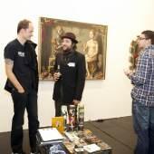 Michael Breitkopf, Gitarrist der Toten Hosen, (links) im Gespräch mit David Hochbaum, Künstler der Strychnin Gallery (rechts)  ART.FAIR © Jürgen Schulzki (2kB