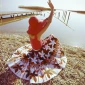 Elly Niebuhr Modeaufnahme von Gerngross (Fotomodell Elisabeth Fallenberger), Neusiedlersee, 1974 Chromogener Abzug vom Original-Diapositiv Nachlass Elly Niebuhr, Universität für angewandte Kunst Wien, Kunstsammlung und Archiv