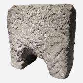 Aufzugsarretierung: Mit der ausgeklügelten Bühnentechnik des COLOSSEVMS konnte man Kulissen aus dem Kellergeschoss wie von Zauberhand in die Arena fahren (Tuffstein, nach 217 n. Chr.; Colosseo, Rom).
