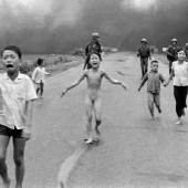 Nick Út Napalm-Angriff in Vietnam, 1972 © Nick Út / AP / Leica Camera AG, Courtesy of Skrein Photo Collection