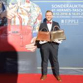 Auktionator Ferdinand B. Eppli zeigt die Top-Modelle der Auktion.