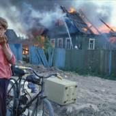 Street: Axel Schön, Ohne Titel, aus der Serie Feuer, Novgorod, 1993,  1993 Street: Axel Schön, Ohne Titel, aus der Serie Feuer, Novgorod, 1993, 1993 © Axel Schön