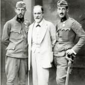 Sigmund Freud mit seinen Söhnen Ernst und Martin in österreichischer Militäruniform (1916)  Sigmund Freud Privatstiftung