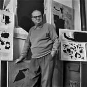 Willi Baumeister in seiner Stuttgarter Wohnung, um 1953, © Archiv Baumeister