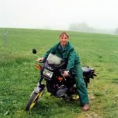 Bernhard Fuchs Junger Mann mit Motorrad, Bad Leonfelden, 1995 aus der Serie Portraits, chromogener Abzug, Fotosammlung des Bundes am Museum der Moderne Salzburg © Bernhard Fuchs