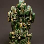 Guanyin ist die chinesische Bezeichnung des Bodhisattva Avaolokiteshvara, dem Bodhisattva der Barmherzigkeit und des Mitgefühls. Die 55 cm hohe Keramik-Darstellung ist mit einer grünen Glasur überzogen. Foto: Marianne Franke