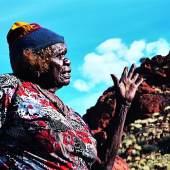 Tjawina Porter bei Kuruyurltu, einem zentralen Ort der Schöpfungsgeschichte ihrer Vorfahren © Matt Woodham, Tjarlirli Art