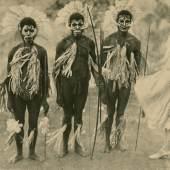 """ragende Blicke. Bild 03 """"Geschmückt zum Tanz"""", Foto: Eduard Gangl, 1927-30, PoPo, Golf-Provinz, (damals) Britisch Neuguinea, rechts: Eduard Gangl, links: nicht identifizierte Person, Museum Fünf Kontinente, Inv.Nr. FO-107-1-46"""