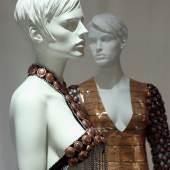 """Zum Konsum verführt – Die Modelle Mademoiselle Chandon und Madame Chandon in der Ausstellung """"Fashion Material"""". Foto: LWL/ Betz"""