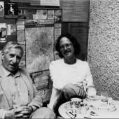 """Lucas Suppin mit Peter Handke im """"Kaffeehäferl"""" im Durchhaus Getreidegasse – Universitätsplatz, um 1983"""
