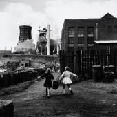 Rudolf Holtappel: Vor August-Thyssen-Hütte, Duisburg-Hamborn 1959,  Ludwiggalerie Schloss Oberhausen © Nachlass Holtappel, Ludwiggalerie Schloss Oberhausen