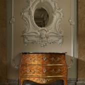 Rudolf Bosch Antiquitäten und Restaurationen  St. # 8  Schreibkommode, Mathäus Funk (1697 – 1783) zugeschrieben, Bern, um 1765. Nussbaum furniert. Original Beschläge. 115 x 119 x 67 cm. Preis auf Anfrage