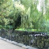 Exzellente Schmiedekunst: Geländer der Wiesenwegbrücke im Park Sanssouci. Foto: SPSG/Grit