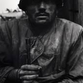Don McCullin, US-Marinesoldat unter Granatenschock, Vietnam, Huê, 1968, Copyright: Don McCullin, courtesy Hamiltons Gallery, London
