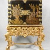 Chinesischer Kabinettschrank auf einem prunkvollen geschnitzten und vergoldeten Unterbau sorgte ebenfalls für ein aufregendes Bietgefecht. Er wurde bei einem Limit von 250 € für 22.000 € zugeschlagen.