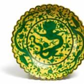 Chrysanthementeller mit grünen Drachen China | Qing-Dynastie Qianlong-Periode (1735-1796) Porzellan | Ø 12,5cm Schätzpreis: 8.000 – 10.000 Euro