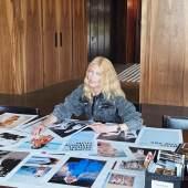 Claudia Schiffer bei der Vorbereitung des Katalogs, Foto: Lucie McCullin