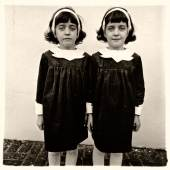 Los 97 DIANE ARBUS (1923–1971) 'Identical Twins (Cathleen and Colleen), Roselle, N.J.', 1967 aus 'A Box of Ten Photographs' Silbergelatineabzug, Vintage