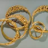 Goldschatz. Erstfeld (UR) 4. Jh. v. Chr. Depositum Kanton Uri Der Schatz besteht aus 7 goldenen Schmuckstücken und wurde 1962 zufällig in einer Felsspalte gefunden. Das aussergewöhnliche Ensemble gehört zu den Meisterwerken keltischer Goldschmiedekunst. © Schweizerisches Nationalmuseum